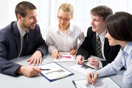 trabajo en oficina: Equipo de negocios en una reunión en un entorno moderno y ligero Foto de archivo