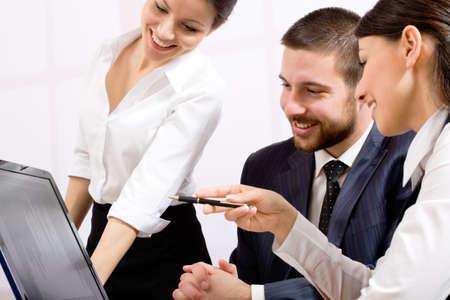 work together: Afbeelding van drie mensen uit het bedrijfsleven werken op vergadering Stockfoto