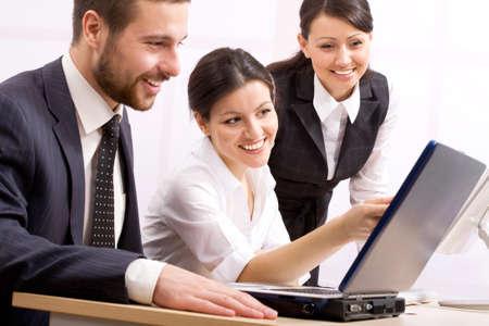 formacion empresarial: Tres personas de negocios feliz en una reuni�n en la oficina Foto de archivo