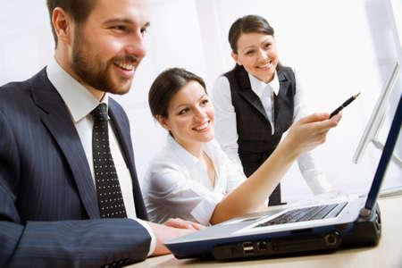 negocios: Grupo de gente de negocios feliz en una reunión en la oficina