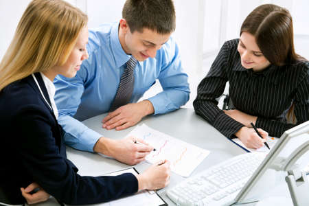 ambiente laboral: Tres compa�eros de negocio trabajando juntos