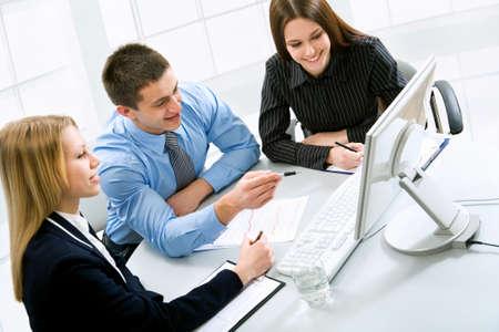 la gente de trabajo: Gente de negocios trabaja en la Oficina Foto de archivo