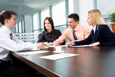 dolgozó: Üzleti csapata egy találkozón a modern irodai környezetben