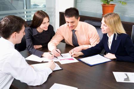 n�gociation: Image de partenaires efficaces dans le forum plan d'affaires � r�pondre