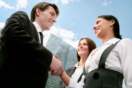 companionship: Jóvenes socios de negocios que hacen a un acuerdo Foto de archivo