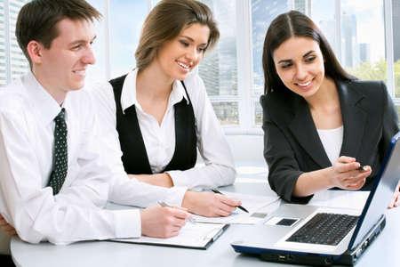 La gente de negocios en la oficina con un ordenador portátil