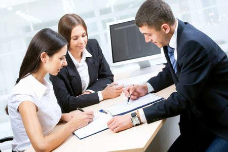 personas trabajando: La gente de negocios trabajando juntos en la oficina