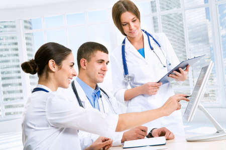 personal medico: Los médicos jóvenes en el lugar de trabajo Foto de archivo