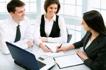 contabilidad: Grupo de hombres de negocios discutiendo un nuevo proyecto en la oficina