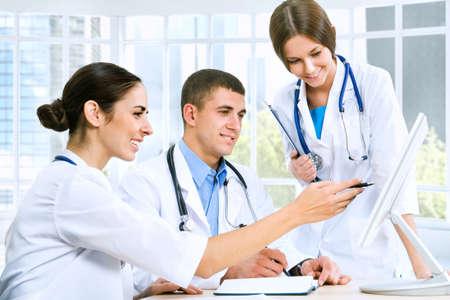 Los m�dicos j�venes que usan computadora en el hospital Foto de archivo - 12836682