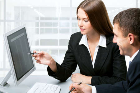 computer problems: Happy uomini d'affari che lavorano in ufficio