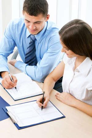 trabajo social: Los jóvenes de negocios en la oficina
