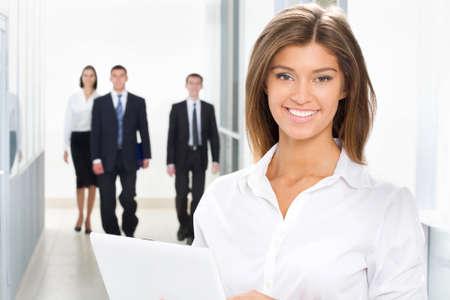 gerente: Joven mujer de negocios y sus colegas