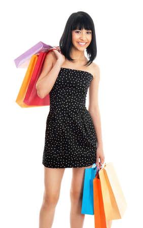 filles shopping: Portrait d'une belle femme asiatique avec des sacs color�s isol� sur blanc