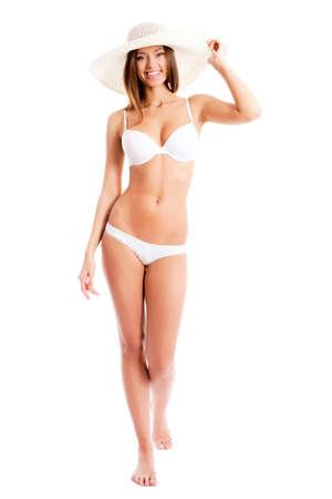 vrouw ondergoed: Mooie vrouw in bikini en hoed lachend op een witte achtergrond