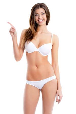petite fille maillot de bain: Belle femme dans un bikini montre sur fond blanc