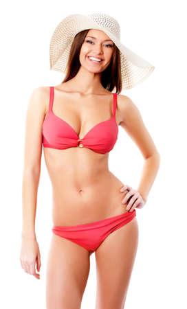 petite fille maillot de bain: Belle femme en bikini et chapeau souriant sur un fond blanc
