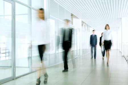 사무실 복도에서 걷는 사업 사람들