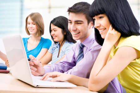 Jovens estudantes que estudam junto em uma sala de aula Imagens