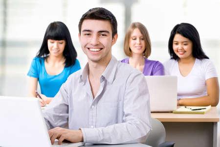 Retrato do estudante sorridente em curso de forma