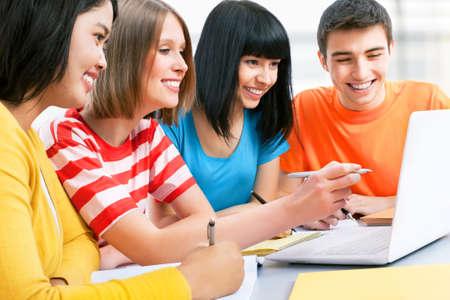 adolescentes estudiando: Los j�venes estudiantes que estudian juntos en un sal�n de clases