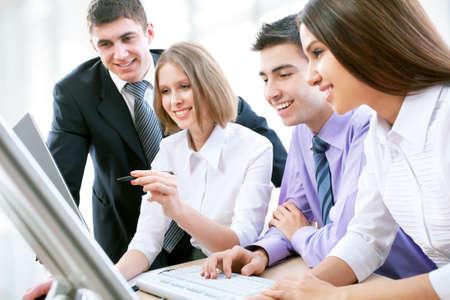 reunion de trabajo: Grupo de gente feliz m�ltiples negocios �tnicos en una reuni�n en la oficina