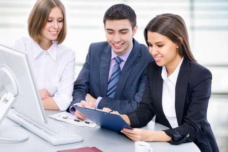 la gente de trabajo: La gente de negocios de analizar y discutir durante una reuni�n de trabajo en una oficina moderna