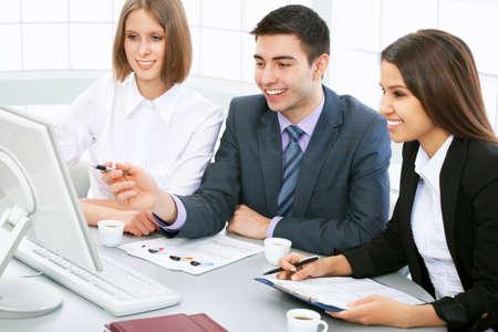 Executivos que trabalham em um computador no escritório