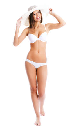 ni�as en bikini: Hermosa mujer en bikini y sombrero sonriente sobre un fondo blanco