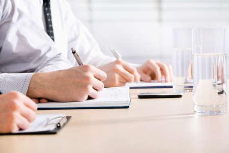 entrevista de trabajo: Primer plano de la mano negocios persona que trabaja con el documento