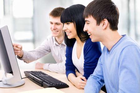 Jovens estudantes que trabalham juntos em sala de aula