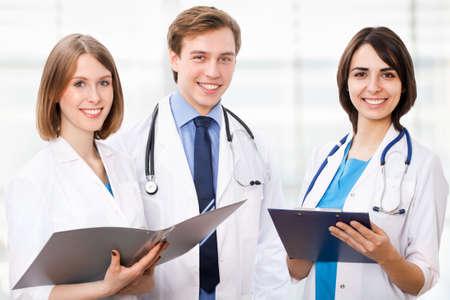 Equipe médica que trabalha no hospital Imagens