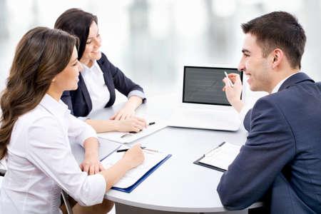 젊은 비즈니스 사람들이 사무실에서 새 프로젝트를 논의 스톡 콘텐츠