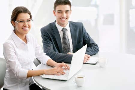 asesoria legal: Los j�venes de negocios que trabajan en la computadora port�til en la oficina moderna