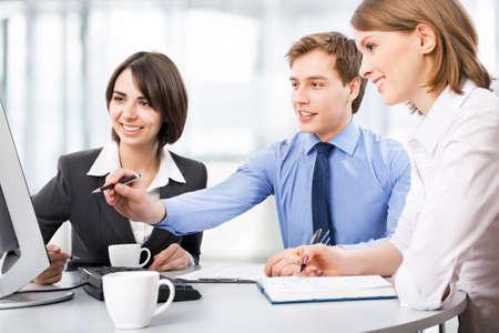 personas trabajando: Grupo de gente de negocios que trabajan en la oficina