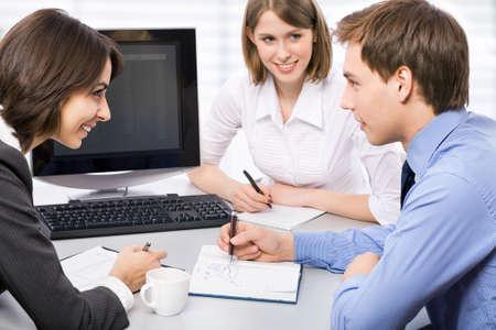 learning computer: Young business colleghi che lavorano in ufficio