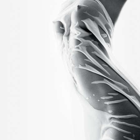 femme nu sexy: Beau corps f�minin dans un tissu serr� humide. Le concept de la beaut�