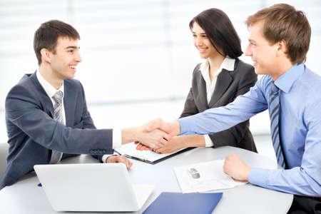 manos unidas: Los hombres de negocios d�ndose la mano, terminando una reuni�n Foto de archivo