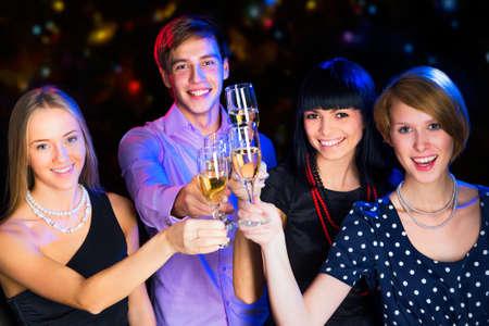brindisi spumante: La gente felice rilassante insieme alla festa di