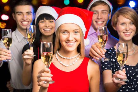 fiesta amigos: Retrato de amigos felices que le desean Feliz Navidad