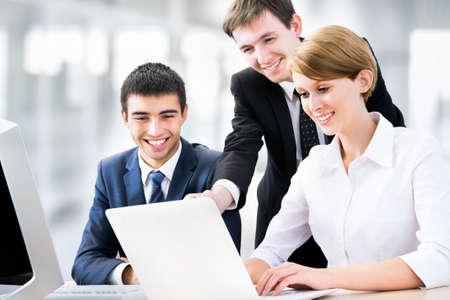 business man laptop: Retrato de un grupo de gente de negocios trabajando juntos en una reuni�n Foto de archivo