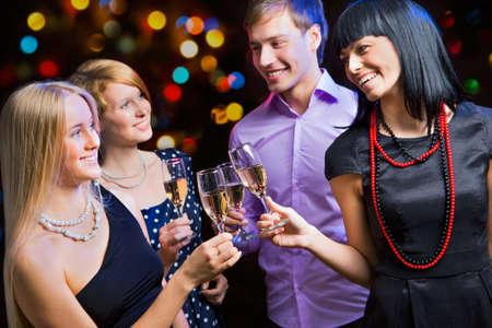 Retrato de amigos felices que le desean Feliz Navidad