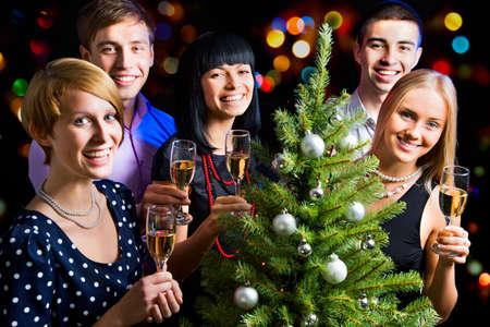 brindisi champagne: Ritratto di amici felici che desiderano Buon Natale
