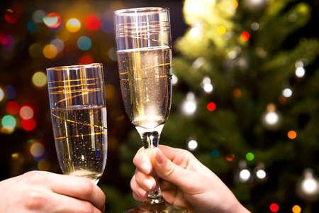 brindisi spumante: Immagine di mani di persone con bicchieri di cristallo pieni di champagne Archivio Fotografico