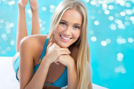 beaux seins: Belle femme blonde sur la plage