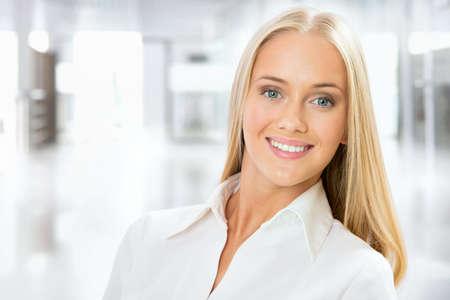Close-up portret van schattige jonge zakelijke vrouw lachend Stockfoto