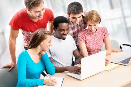 laptop asian: Grupo internacional de estudiantes que estudian juntos en una universidad