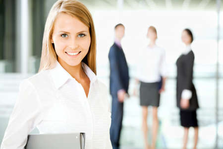 회사: 사무실 복도에서 걷는 사업 사람들