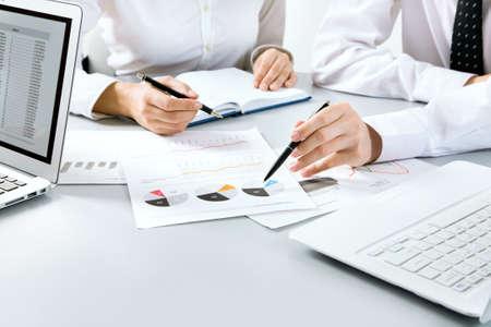 recursos financieros: Grupo de personas de negocios ocupados discutiendo asunto financiero durante la reuni�n