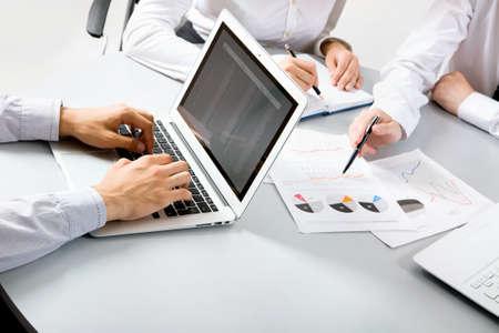 matter: Groep bedrijfsmensen bezig bespreking van de financiële materie tijdens vergadering